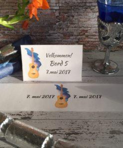 Stilige bordkort med gitar - og serviettringer - redigerbar tekst