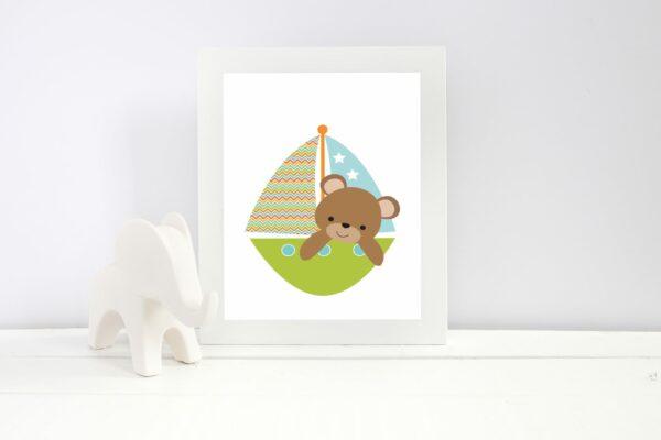Bamse i båt - barneplakat i herlige, friske farger til å pynte barnerommet